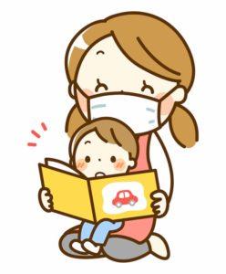 小さい子を膝に載せるマスクをした女性